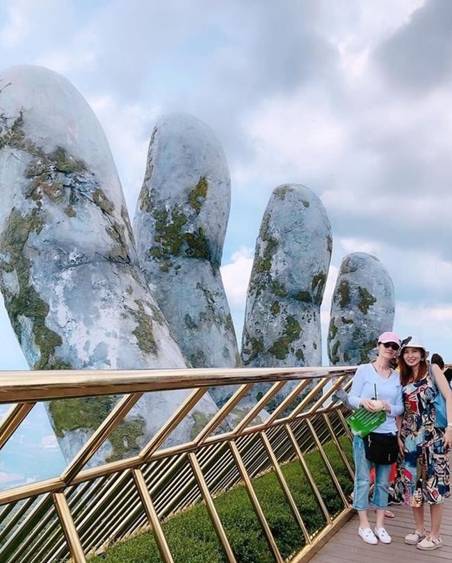 Diễm Lệ và bạn bè đi du lịch ở cầu Vàng ở Đà Nẵng. Đầu năm 2020, cô chia sẻ nhiều hình ảnh về ăn Tết ở Hong Kong và gặp gỡ bạn bè.
