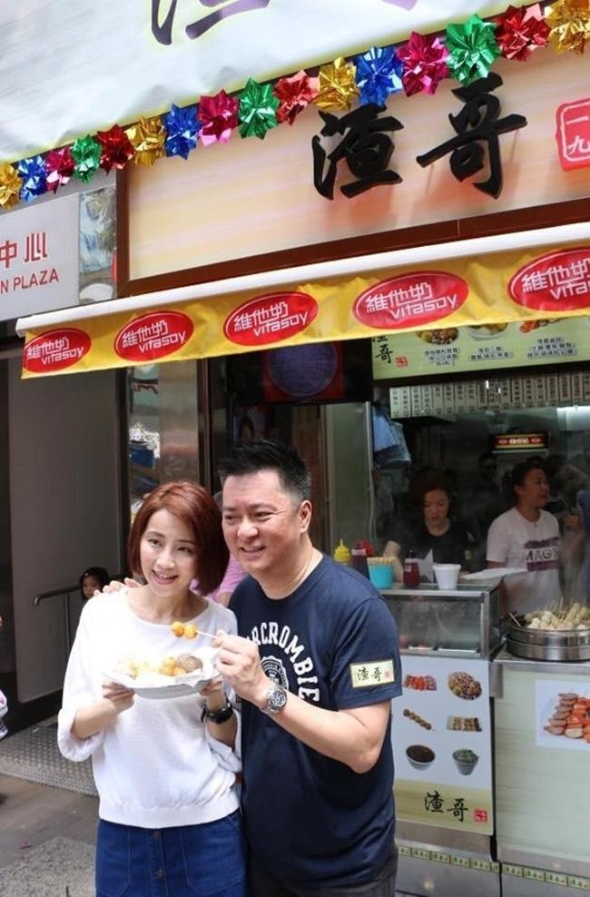 Mức lương bèo bọt ở TVB cộng với việc nhận thấy thu nhập từ nghề diễn không đủ trang trải cuộc sống, Đàm Tiểu Hoàn chuyển sang kinh doanh. Năm 2014, cô mở cửa hàng bán cá viên chiên và nhanh chóng mở rộng ra nhiều chi nhánh.