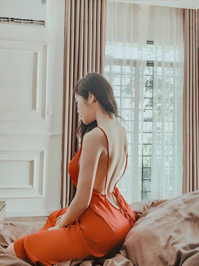 Chiếc váy ngủ gam màu nóng, khoét lưng ongvừa vặn tôn lên làn da trắng và nét đẹp quyến rũ của người đẹp.