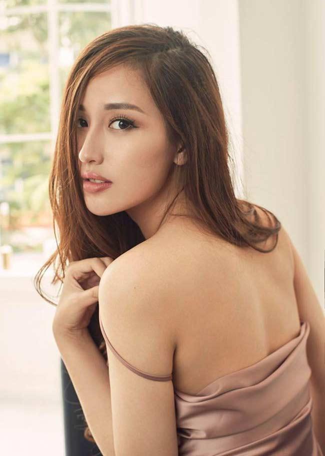 Với hình thể đạt chuẩn tiệm cận điểm 10, Mai Phương Thúy thừa sức mặc chiếc váy dángslip dress một cách xuất sắc.