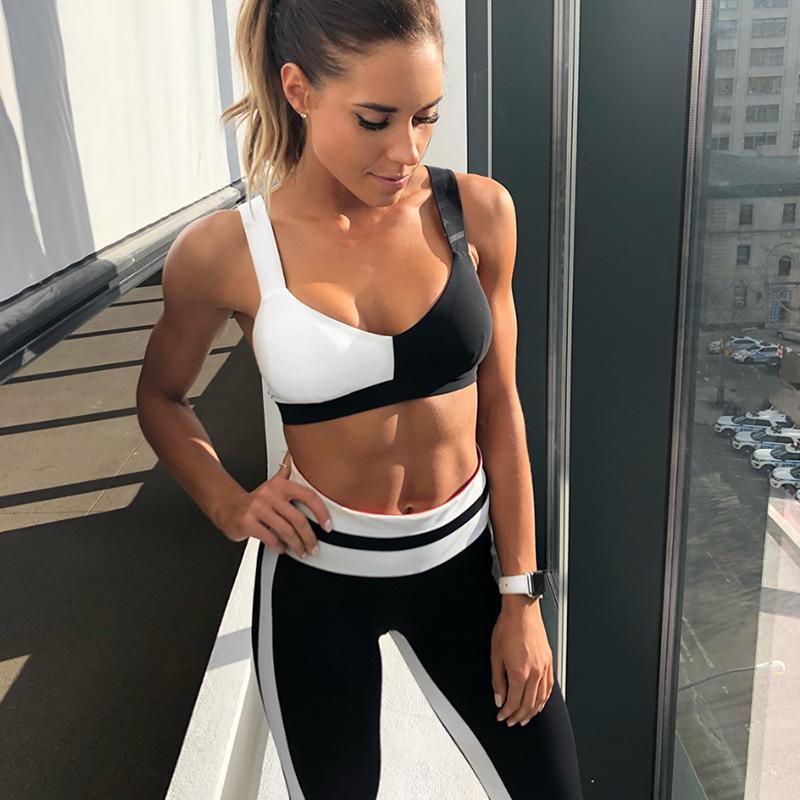 Mặc bikini đến phòng gym,