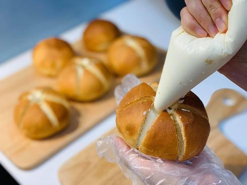 Rất nhanh đã làm xong bánh mì bơ tỏi phô mai đang