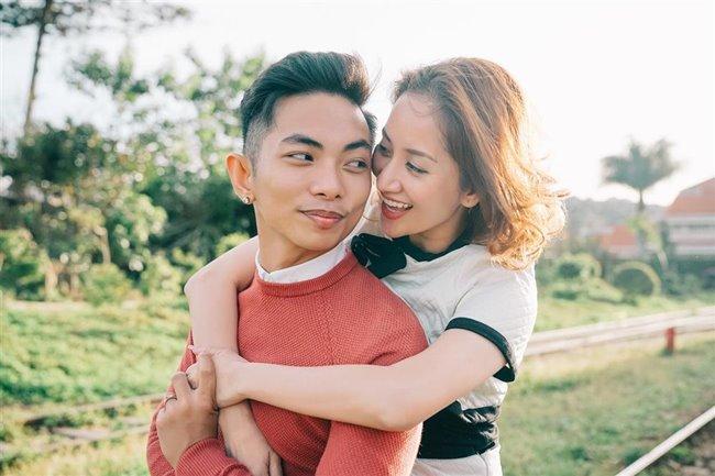 Phan Hiển vàKhánh Thilà một trong những cặp đôi đặc biệt trong showbiz Việt, khi chàng kém nàngtận 12 tuổi, và ban đầu cả hai là mối quan hệ thầy - trò cấm kị.Thế nhưng, cậu học trò nhỏ từng lẽo đẽo theo sau, quyết không từ bỏ và phải có trách nhiệm với cô giáo của mình.