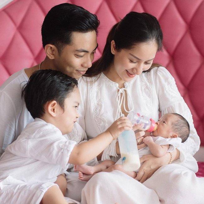 Trải qua bao sóng gió, Phan Hiển vàKhánh Thiđã có một cuộc sống viên mãn, ngọt ngào, tràn đầy hạnh phúc với hai nhóc tì đáng yêu.