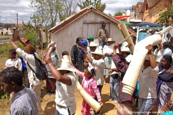 """Kỳ dị tập tục """"nhảy múa cùng người chết"""" ở Madagascar - 2"""