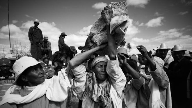 """Kỳ dị tập tục """"nhảy múa cùng người chết"""" ở Madagascar - 1"""