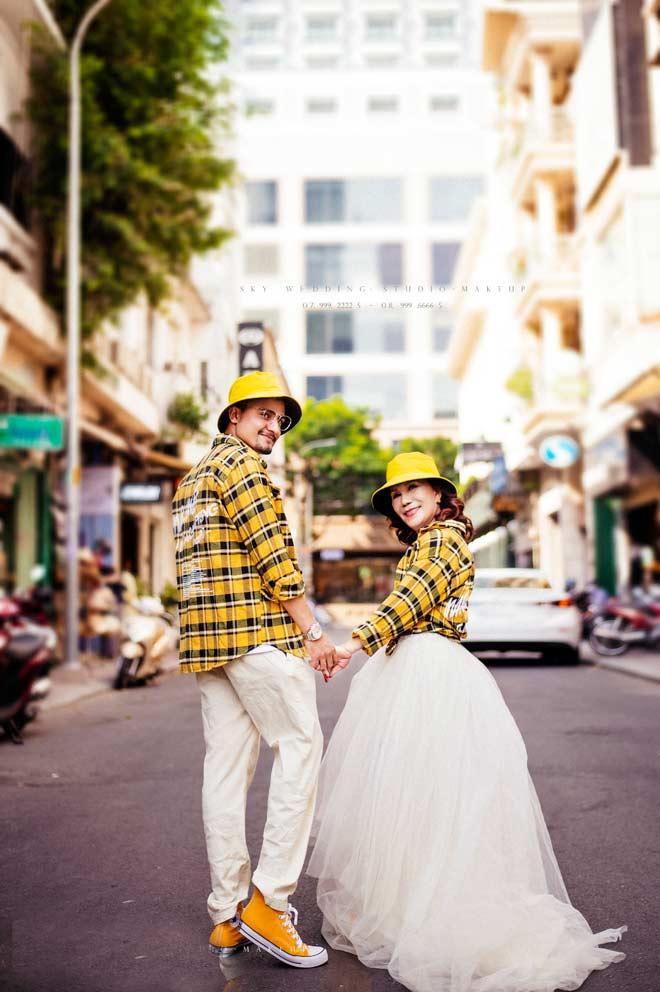 Cô dâu 65 tuổi tung bộ ảnh cưới ôm hôn chồng ngoại quốc 24 tuổi - 8