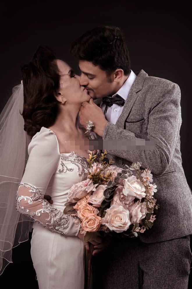 Cô dâu 65 tuổi tung bộ ảnh cưới ôm hôn chồng ngoại quốc 24 tuổi - 2