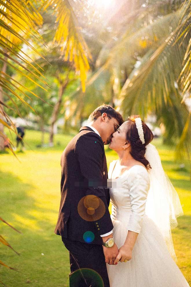 Cô dâu 65 tuổi tung bộ ảnh cưới ôm hôn chồng ngoại quốc 24 tuổi - 3