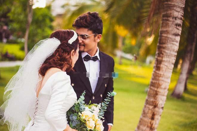 Cô dâu 65 tuổi tung bộ ảnh cưới ôm hôn chồng ngoại quốc 24 tuổi - 4