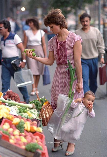 Bức ảnh mẹ xách con đi chợ bất ngờ nổi tiếng, nhưng nhan sắc đứa bé sau 33 năm mới đáng thu hút - 1