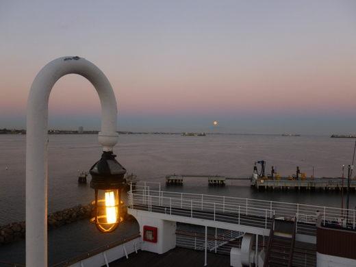 Du khách tò mò thám hiểm con tàu lịch sử