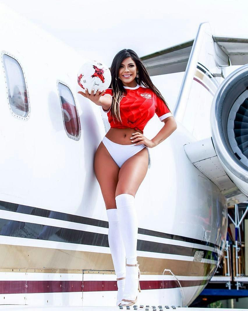 Hoa hậu Siêu vòng 3 Brazil mặc áo đấu xẻ hiểm cổ vũ M10, từng khiến vợ Messi ghen - 8