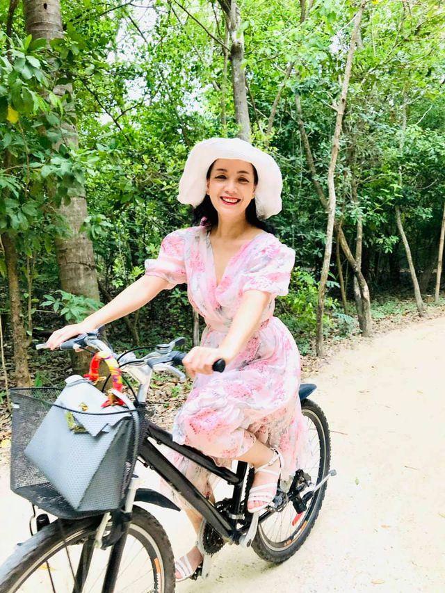 52 tuổi, NSƯT Chiều Xuân vẫn tự tin mặc áo tắm cúp ngực khoe body chuẩn - 6
