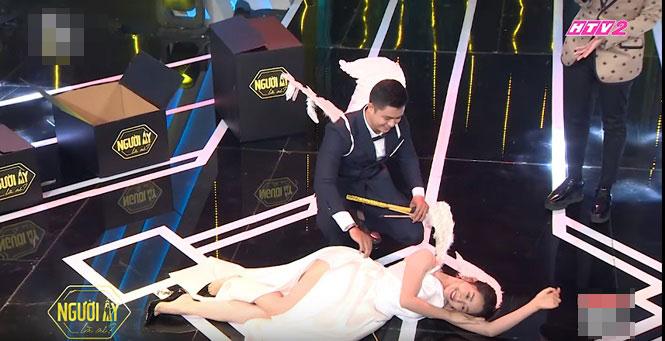Váy áo bị chê phản cảm, vô duyên của khách mời trên sóng truyền hình - 1