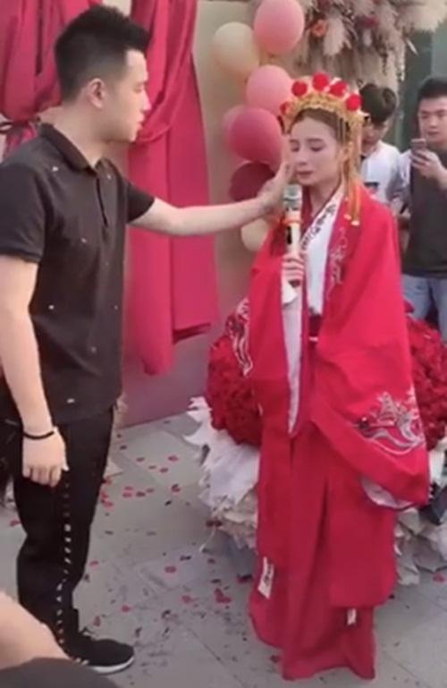 Mặc trang phục cô dâu tỏ tình bạn thân 9 năm, cô gái bị từ chối phũ - 2
