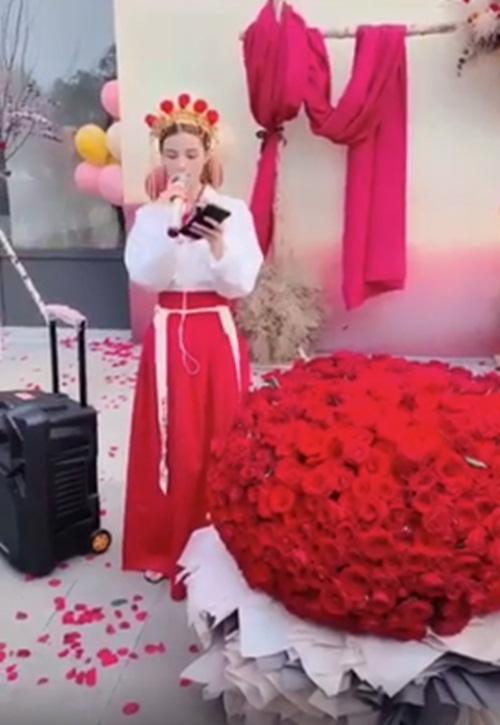Mặc trang phục cô dâu tỏ tình bạn thân 9 năm, cô gái bị từ chối phũ - 1