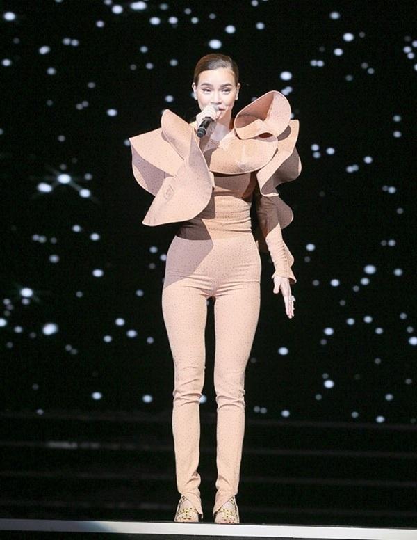 Trang phục này rất dễ nhìn nhầm tai hại, nhưng không làm khó được Hà Hồ - 5