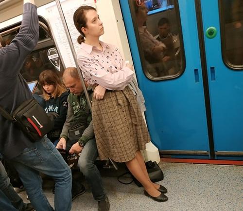 Yêu cầu được ngồi ghế trên tàu điện bị từ chối, cô gái tụt váy khiến hành khách kinh hãi - 1