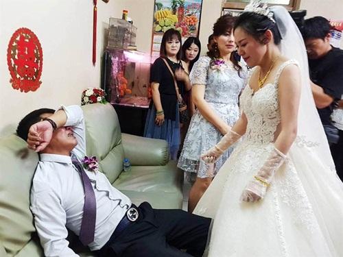 Con gái đi lấy chồng, cha òa khóc nức nở bảo