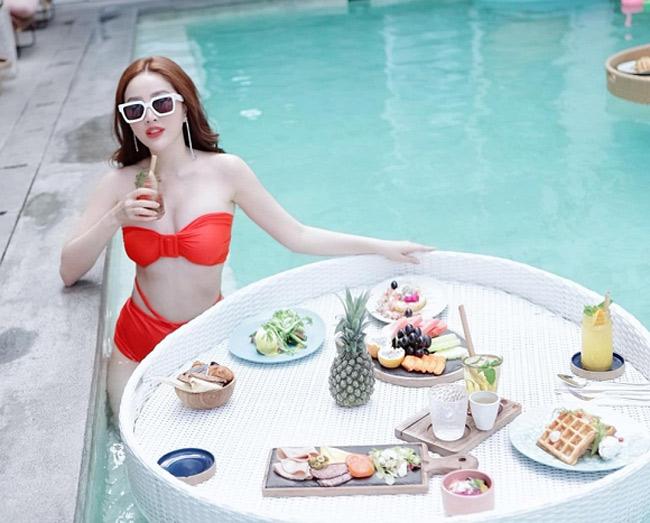 Làn da trắng sứ nên Bảo Thy rất ăn hình trong các shot hình với bikini đỏ.