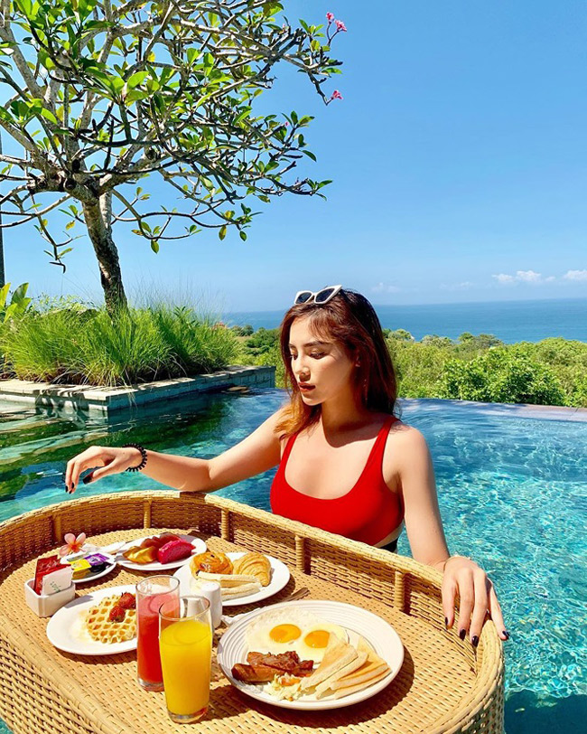Người đẹp được khen ngợi với vóc dáng gợi cảm trong chuyến nghỉ dưỡng ở Bali, Indonesia.
