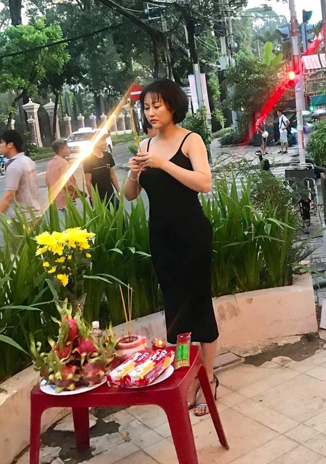 Phi Thanh Vân lần đầu lên tiếng vì bị chê mặc phản cảm đi cúng Tổ nghề - 2