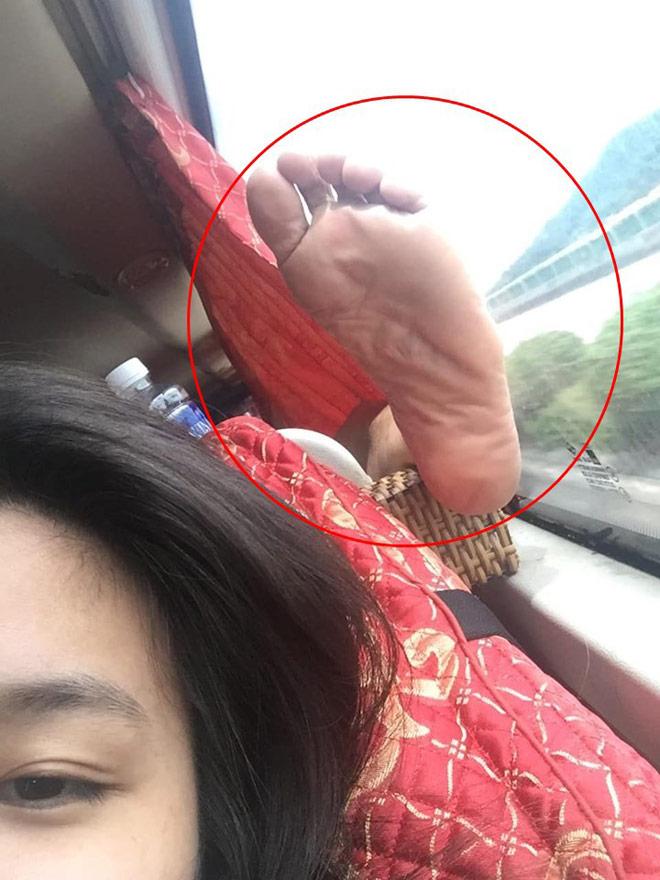 Cô gái nằm ngửa trên máy bay, gác chân lên người khác gây bức xúc - 2