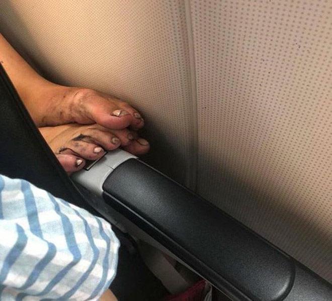 Cô gái nằm ngửa trên máy bay, gác chân lên người khác gây bức xúc - 5