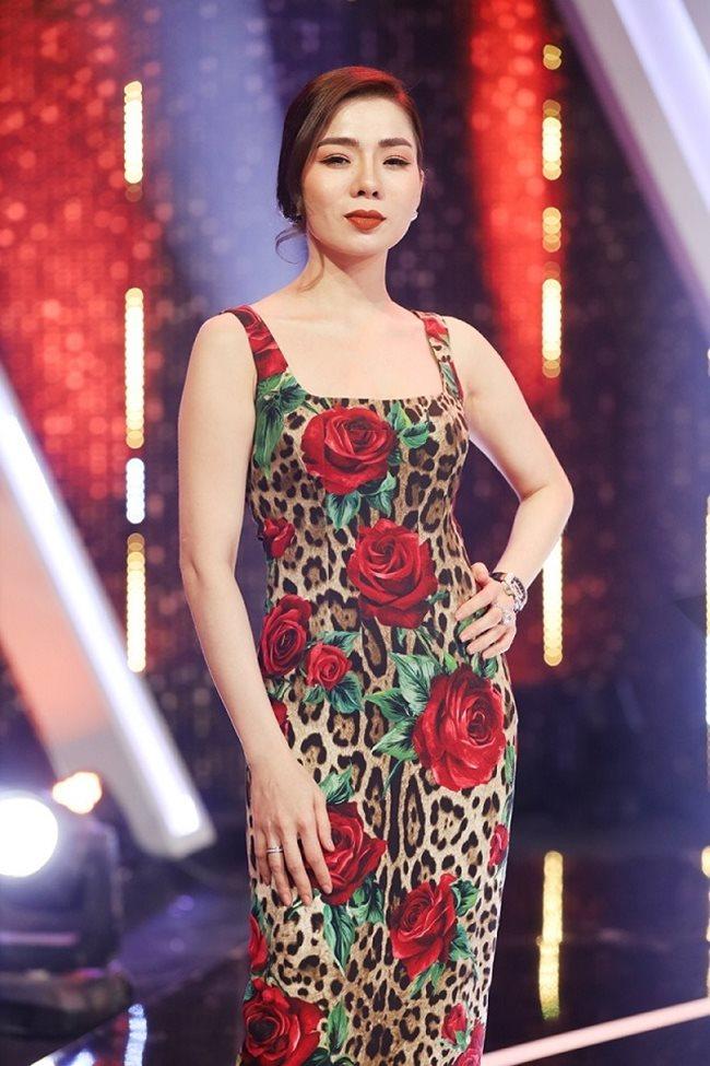 Chỉ làm giám khảo của một gameshow mà Lệ Quyên nhận lời khen ngợi hết nấc của khán giả vì sang chảnh với váy body họa tiết hoa hồng của thương hiệu Dolce&Gabbana với giá 60 triệu đồng.