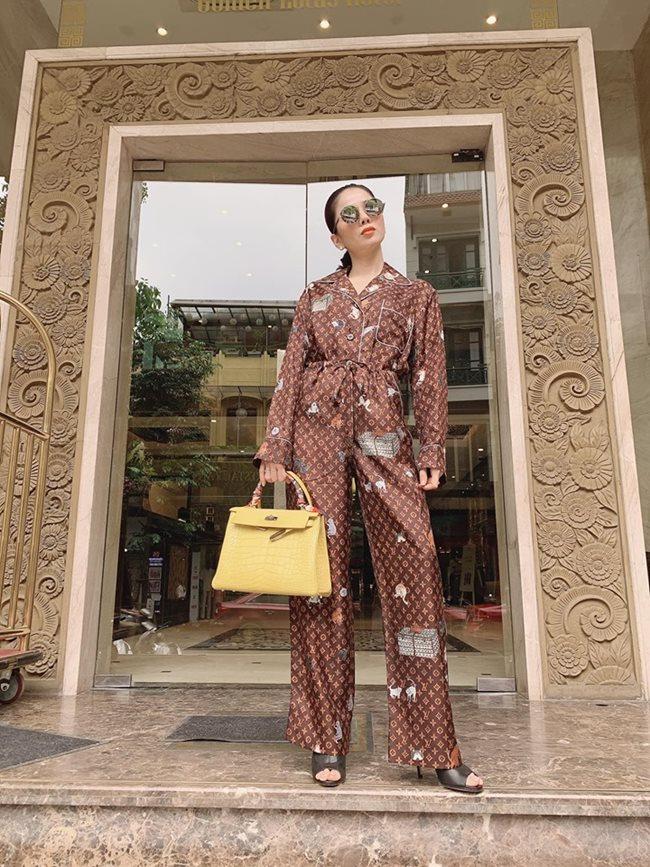 Gu thời trang dát hàng hiệu kín người của Lệ Quyên khiến người hâm mộ biết giá mà hết hồn. Riêng set đồ ngủ của thương hiệu Louis Vuitton đã có giá hơn 100 triệu đồng, túi Hermes dòng Kelly cũng phải tính bằng con số trăm triệu trở lên.