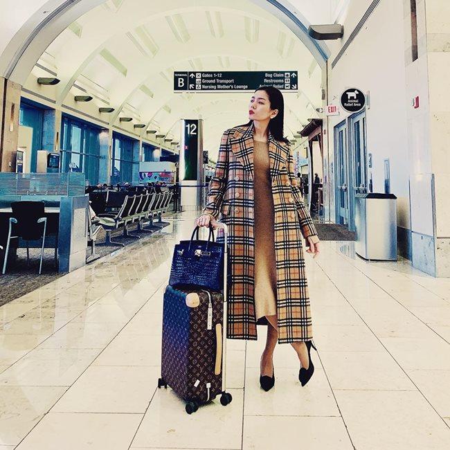 Thời trang sân bay tính sơ sơ cùng phải tỷ đồng của Lê Quyên: Vali Louis Vuitton giá hơn 100 triệu đồng, túi Hermes cá sấu màu xahnh coban giá 1,6 tỷ đồng. Áo khoác Burbery gần 60 triệu đồng.