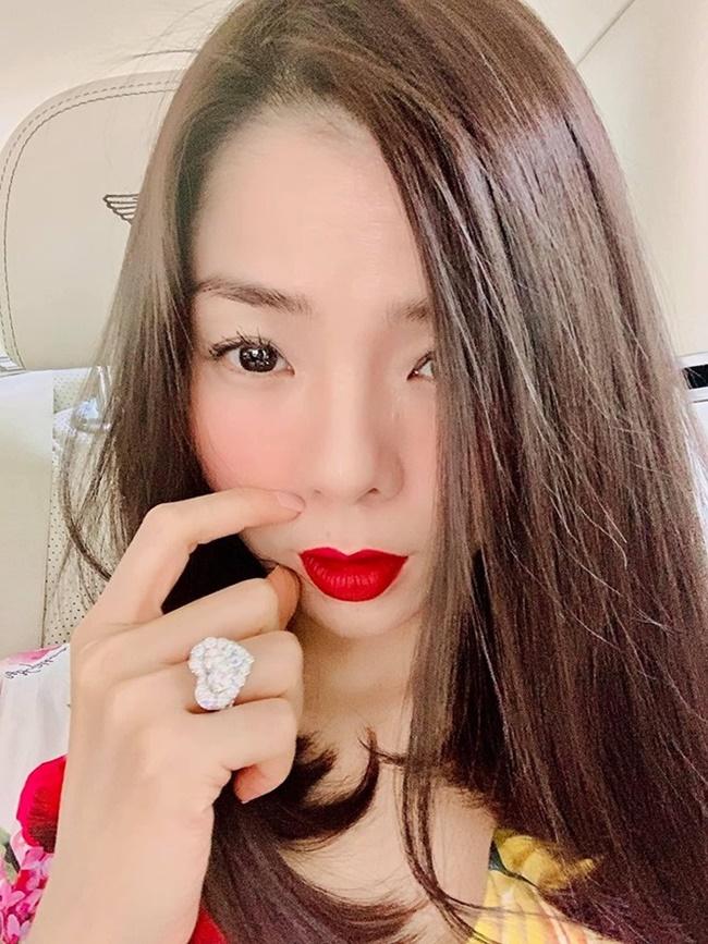 Nhẫn kim cương của Lệ Quyên là kim cương dạng khối lớn với nhiều hình thù khác nhau như tròn hay hình trái tim kích thước lớn. Trái ngược với bạn thân một thời Hồ Ngọc Hà hay đeo nhẫn kim cương lúc hát thì Lệ Quyên chỉ đeo ở những khoảnh khắc đời thường.