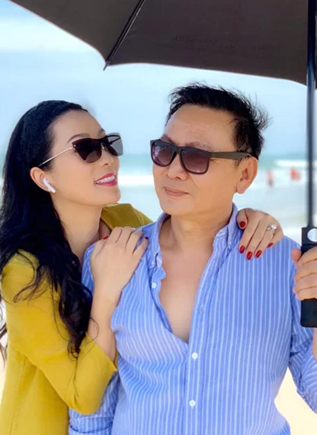 Á hậu Trịnh Kim Chi đăng quang ngôi vị năm 1994. Giờ đây, cô vừa tham gia đóng phim, mở nhà hát kịch, vừa là chủ doanh nghiệp. Đặc biệt, Kim Chi còn luôn được chú ý vì cuộc sống giàu sang, được ông xã cưng chiều.