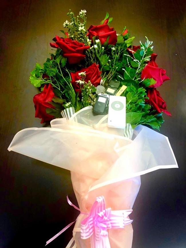 Ông xã doanh nhân đã bí mật gửi chiếc chìa khóa căn biệt thự mới vào trong bó hoa hồng tặng Kim Chi trong ngày sinh nhật.