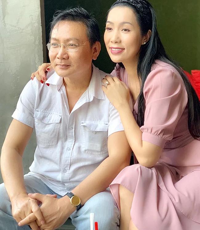 Cô trân trọng, đeo chiếc nhẫn mà chồng tặng trên tay. Đây là món quà doanh nhân Võ Trấn Phương tặng vợ nhân dịp Lễ Tình Nhân 14/2.
