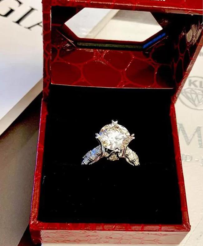 Chiếc nhẫn kim cương Kim Chi từng chia sẻ trên mạng chính là món quà ông xã tặng.