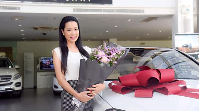Kim Chi chia sẻ, ông xã luôn nhớ những ngày kỷ niệm để mua quà đặc biệt, khiến vợ bất ngờ.