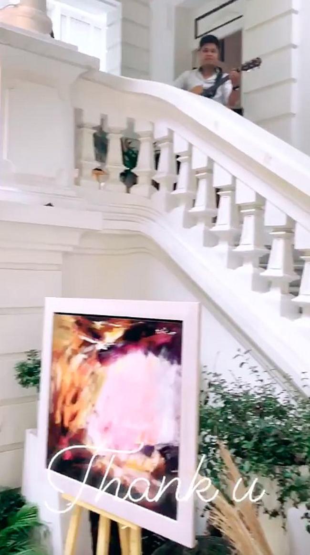 Trong tiệc sinh nhật được tổ chức tại nhà riêng, Thanh Tú để lộ 1 phần không gian của căn biệt thự.