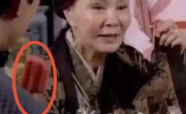 Áo yếm có khóa kéo và những hạt sạn không thể nhịn cười trong phim cổ trang TQ - 4