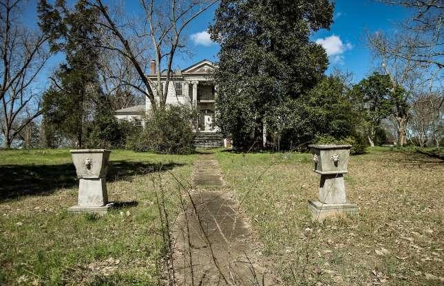 Ngôi biệt thự bỏ hoang bí ẩn với truyền thuyết được xây dựng trên đống vàng - 1