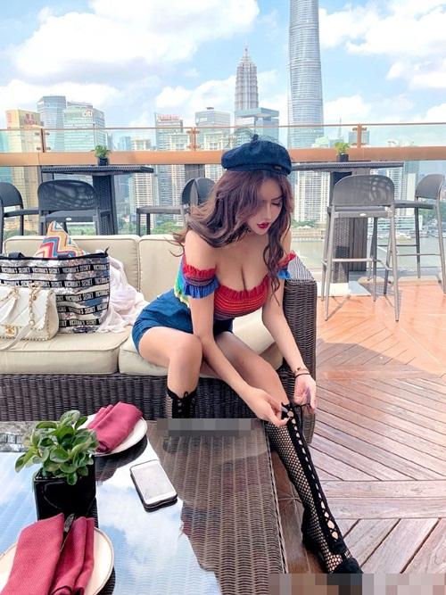 Hot girl siêu vòng 1 bị bắt gặp ngoài đời gây sốc vì nhan sắc thật - 3