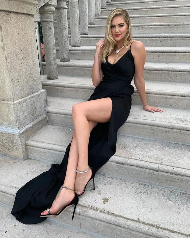 Liên hoan phim Venice lần thứ 76 được tổ chức từ ngày 28/8 đến 7/9. Kate Upton xuất hiện với chiếc váy không chỉ xẻ sâu cổ mà còn cao lên đến đùi, khoe trọn đôi chân dài của người mẫu lừng danh.