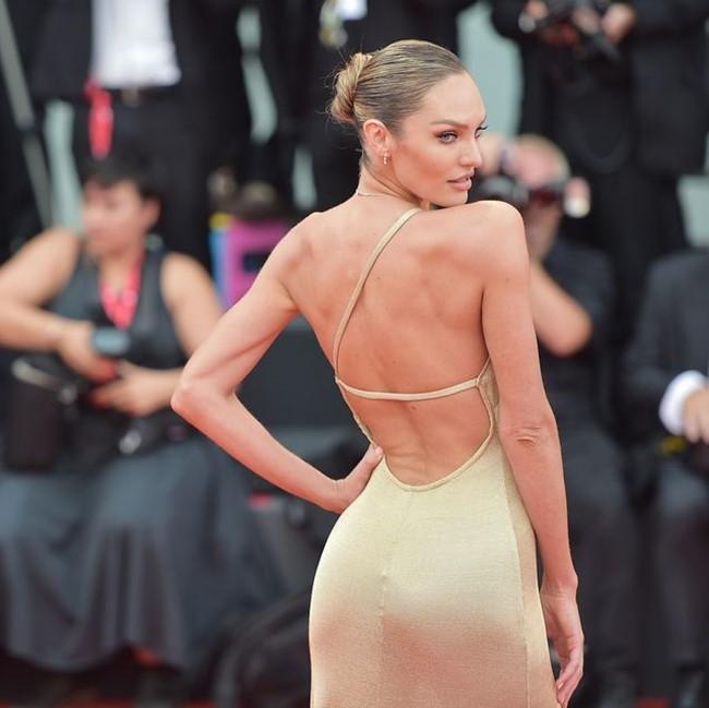 Một người đẹp khác cũng chọn mặc trang phục xuyên thấu, khoe lưng khác là người mẫu nội y Candice Swanepoel.