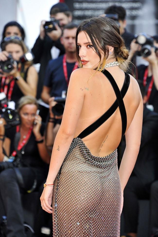 Không chỉ xuyên thấu, chiếc váy còn cắt xẻ phía sau, giúp Bella Thorne khoe lưng trần quyến rũ.