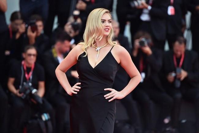 Không cầu kỳ trong thiết kế nhưng trang phục vẫn khiến Kate Upton nổi bật khi đọ dáng cùng những người đẹp khác trên thảm đỏ.