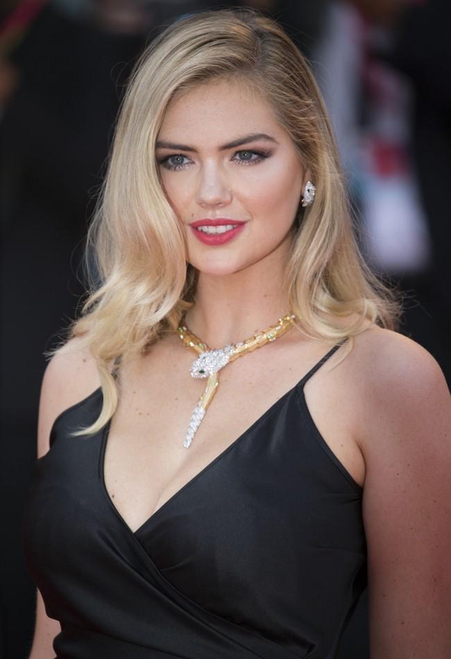 Kate Upton thu hút sự chú ý với chiếc váy hai dây khoét ngực sâu mỏng manh.