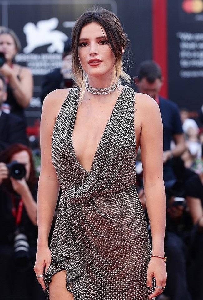 Bella Thorne táo bạo với trang phục trễ nải, xuyên thấu. Người đẹp 22 tuổi nhiều lần diện đồ theo phong cách gợi cảm.