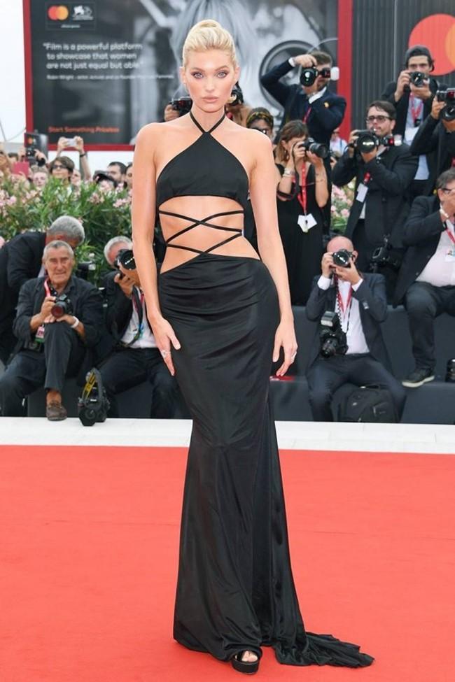 Elsa Hosk chọn mặc chiếc váy cổ yếm, tạo điểm nhấn ở eo với kiểu dáng dây nối.