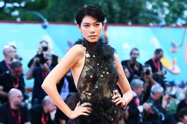 Nữ diễn viên Hikari Mori khoe vòng một lấp ló với trang phục xuyên thấu, không nội y.